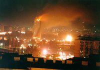 Das brennende Ušće-Hochhaus während des Bombardements der NATO (1999)
