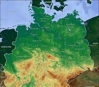 Topographische Reliefkarte der Nordhälfte Deutschlands. Das Norddeutsche Tiefland in dunklen Grüntönen nimmt die Nordhälfte der Abbildung ein