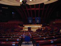 Die Parlamentarische Versammlung des Europarates mit Sitz in Straßburg ist eines der zwei im Statut des Europarates verankerten Organe.