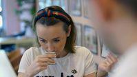 Marina Zubrods Kosmetik aus Bienenwachs soll komplett nachhaltig sein.  Bild: ZDF Fotograf: ZDF/Moritz Schwarz
