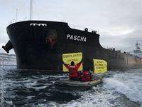 Greenpeace-Aktivisten protestieren gegen den Abbau von Kohle in der Arktis.  Bild: Greenpeace/Christian Aslund