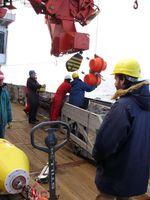 Wissenschaftler installieren eine Verankerung im Südozean. Im Vordergrund: Dr. Volker Strass. Quelle: Foto: Alfred-Wegener-Institut (idw)