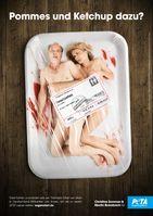 """Christine Sommer und Martin Brambach protestieren gegen die Ausbeutung in der Fleischindustrie /  Bild: """"obs/PETA Deutschland e.V./Marc Rehbeck"""""""