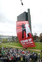 """Auftakt für den Weltweiten Aktionstag """"Stand Up"""" gegen Armut vor den Vereinten Nationen in Bonn: Weltweit fordern dieses Wochenende Millionen von Menschen die Umsetzung der UN-Millenniumsziele. Bild: obs/UN Millenniumkampagne in Deutschland"""
