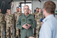 Oberst Bette, Kommodore des LTG 62, verabschiedet ein Einsatzkontingent vor einem A400M Bild: Bundeswehr