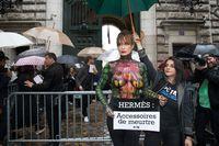 Alexandra Kamp protestiert bei der Pariser Fashion Week gegen Luxusleder. Bild: Nicolas Kovarik