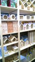 Verschiedene kleine qualitativ hochwertige Insektenhotels mit Schilf oder Pappröhrchen, aus Ton oder Hartholz