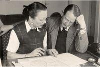 Hildegard und Franz Cornelsen arbeiten 1948 an Peter Pim and Billy Ball.  Bild: Cornelsen Verlag Fotograf: Cornelsen Verlag
