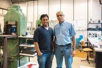 Priyadarshi Chowdhury (links) und Sumit Chakraborty (rechts) haben ein Modell entwickelt, das Milliarden Jahre der Erdgeschichte nachvollzieht. Quelle: © RUB, Kramer (idw)