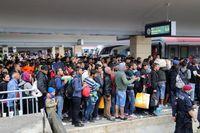 Flüchtlinge am Wiener Westbahnhof, die zu Tausende Richtung Deutschland weiterreisen.