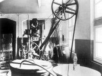 """8. April 1929: Die erste Flasche Coca-Cola in Deutschland wird in der """"Essener Vertriebsgesellschaft für Naturgetränke"""" im Ruhrgebiet abgefüllt. Im ersten Jahr werden 5.840 Kisten verkauft. Bild: """"obs/Coca-Cola Deutschland"""""""