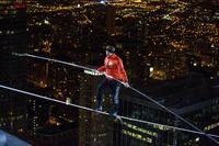 """Nik Wallenda hat in der Nacht von Sonntag auf Montag den widrigen Bedingungen in Chicago standgehalten, und sich erfolgreich zwei weitere Einträge in das Guiness-Buch der Rekorde gesichert. Bild: """"obs/DMAX/Jean-Marc Giboux for Discovery Communications"""""""