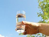 Glas Wasser: Arznei bei Migräne . Bild: Flickr/Ferdinand