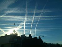 Persistente Kondensstreifen, sogenannte Chemtrails über Gedern in Hessen am 16.12.2013