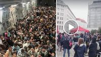 Afghanen im Flugzeug: Bild: Imago; Demo für mehr Afghanen: Bildzitat Manset Haber; Komposition: Wochenblick / Eigenes Werk