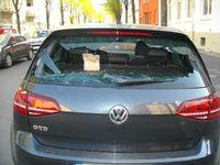 Eingeschlagene Heckscheibe eines betroffenen Pkw Bild: Polizei