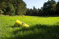 Überall im Wendland stehen gelbe Radioaktivitätsfässer als Symbol für den Widerstand gegen den Ausbau des Salzstocks in Gorleben zum atomaren Endlager. Bild: Bente Stachowske / Greenpeace
