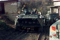 Russische Soldaten auf Schützenpanzerwagen BTR-80 im Rahmen des IFOR-Einsatzes, November 1996