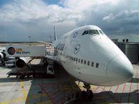 Frankfurt Airport: Catering der Boeing 747 der Lufthansa durch LSG Sky Chefs.