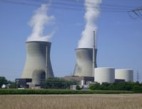 Das Kernkraftwerk Gundremmingen: Block A (links vorn), Blöcke B und C (rechts) mit beiden Kühltürmen (hinten)