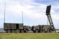 Luftraumüberwachungsradar mit Sensorfahrzeug (rechts) und Auswertefahrzeug. Bild: Deutsche Marine