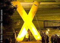 Das große X: Symbol für den Widerstand gegen die Castortransporte. Copyright: © Bente Stachowske / Greenpeace
