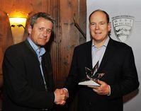 """BILD zu TP/OTS - Sichtlich stolz nahm Fürst Albert II (re.) am vergangenen Sonntag den Best of the Alps-Award von Markus Tschoner, Präsident von """"Best of the Alps"""" und Geschäftsführer der Olympiaregion Seefeld, entgegen."""