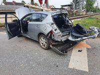 Unfallfahrzeug am Bahnübergang in Groß Gerau Bild: Polizei