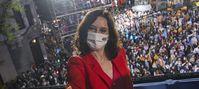 Wahlsiegerin Isabel Díaz Ayuso vor ihren Anhängern in der PP-Parteizentrale in Madrid Bild: Jesús Hellín / UM / Eigenes Werk