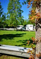 Mit dem Wohnmobil im Grünen ganz unabhängig Urlaub machen.  Bild: ADAC Fotograf: ADAC SE