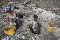 Mamisoa (10, rechts) arbeitet in der Mika-Mine Tsivery nahe dem Dorf Ampikazo; links ihre Mutter und ihre kleine Schwester. 11.000 Kinder wie sie schürfen Mika für Elektrogeräte und Autolacke.