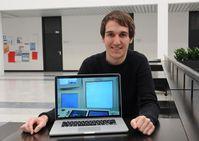 Daniel Diethei hat am Design von Radardisplay für Fluglotsen mitgewirkt. Das Foto auf seinem Laptop zeigt einen Lotsenarbeitsplatz im Kontrollzentrum der Deutschen Flugsicherung in Karlsruhe. Quelle: Foto: Robert Emmerich (idw)