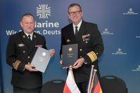 Konteradmiral Miroslaw Mordel, Inspekteur der Kriegsmarine der Republik Polen (links), und Vizeadmiral Andreas Krause, Inspekteur der Deutschen Marine (rechts)