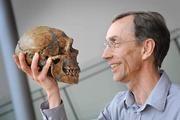 Svante Pääbo mit Neandertalerschädel Bild: Frank Vinken