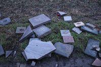 Die am Feldweg entsorgten Grabplatten vom Geinsheimer Friedhof. Bild: Polizei