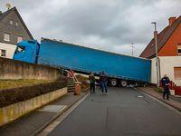 Heute Morgen versperrte ein querstehender Lkw die Burg- und Friedhofstraße in Herborn-Seelbach. Bild: Polizei