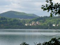 Laacher See mit Benediktinerabtei Maria Laach, Hochstein und Hochsimmer im Hintergrund