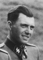 SS-Lagerarzt Josef Mengele (Bildausschnitt), aufgenommen an der Solahütte bei Auschwitz, 1944