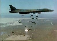 """Ein US-amerikanischer B-1-Bomber  wirft 30 """"Cluster-Bomben"""" ab. Bild: de.wikipedia.org"""