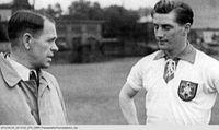 """Fritz Walter als junger Spieler (re.) mit Sepp Herberger. Bild: """"obs/SWR - Südwestrundfunk"""""""