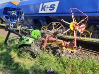 Vom Zug erfasster Schlepper bei Bahnunfall in Wölfershausen
