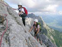 Silvia und David Huber mit Gipfelbüchern unterwegs zur Ellmauer Halt. (Foto: Bergsteigerschule Wilder Kaiser)