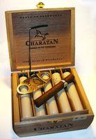 Hochwertige Zigarren in Tubos in Holzkiste mit Zigarrenanschneider