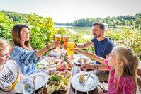 Vom Biergarten des Brauereigasthofes Jacob in Bodenwöhr blickt man direkt auf den Hammersee  Bild: Tourismuszentrum OberpfälzerWald Fotograf: Thomas Kujat