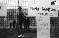 Gedenkkreuz für Chris Gueffroy in der Nähe des Reichstagsgebäudes. Im Hintergrund die schon teilweise zerstörte Mauer. Winter 1989/90.