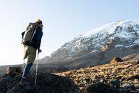 """Tom Belz - mit Krücken und einem Bein auf den Kilimandscharo // Mit 8 Jahren verlor der Offenbacher Tom Belz aufgrund einer Krebserkrankung sein linkes Bein. """"Mzubi Dume - Strong Goat"""" dokumentiert Toms Weg auf den Kilimandscharo. Bild: """"obs/Moving Adventures Medien GmbH/Nils Heck / E.O.F.T. 18/19"""""""
