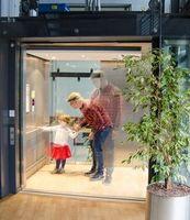 Forscher stellt sich vor, wie er mit Tochter im Aufzug fährt.