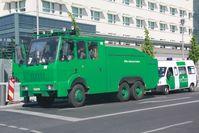 Wasserwerfer der Berliner Polizei