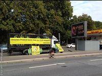 Greenpeace-Aktivisten protestieren dagegen, dass Greenpeacer in den Niederlanden in Gewahrsam genommen worden sind. Sie waren gegen Shells Öhlbohrungen in der Arktis aktiv. Bild: Kai Britt / Greenpeace