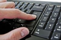 Hand auf der Tastatur: Geben und dann erst nehmen. Bild: pixelio.de, A. Klaus